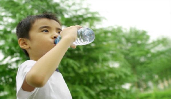 Cách chọn nước uống cho trẻ vào mùa hè