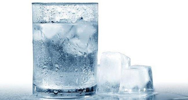 Nên uống nước ấm hay nước lạnh?