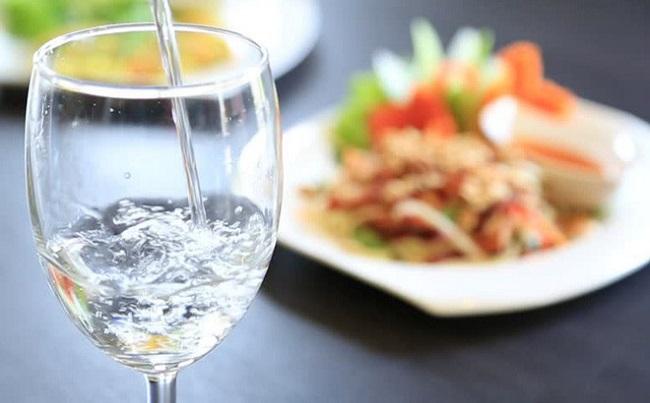 những lưu ý về việc uống nước liên quan đến bữa ăn