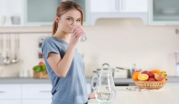 Những thói quen cần tránh khi uống nước