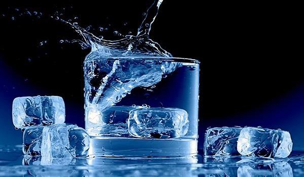 Uống nước đá tinh khiết hàng ngày có tốt không?