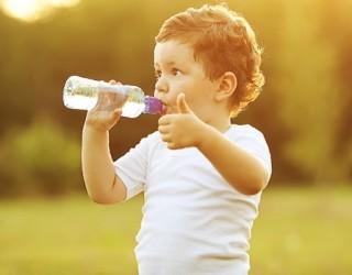 Cung cấp nước uống cho trẻ nhỏ đúng cách