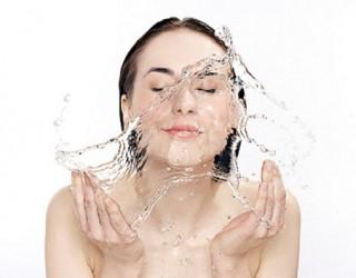 Cách rửa mặt bằng nước khoáng Lavie để làm đẹp da