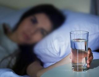 Những điều cần biết khi uống nước vào buổi tối