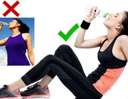 Tư thế uống nước đúng cách