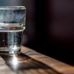 Tại sao cốc nước để qua đêm có vị lạ?
